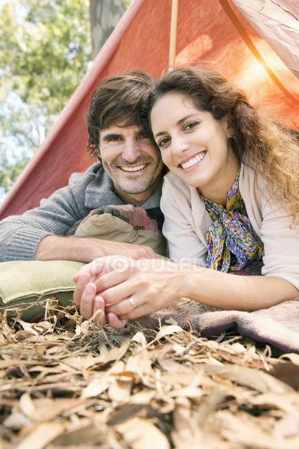 Happy couple camping dans la nature — Photo de stock
