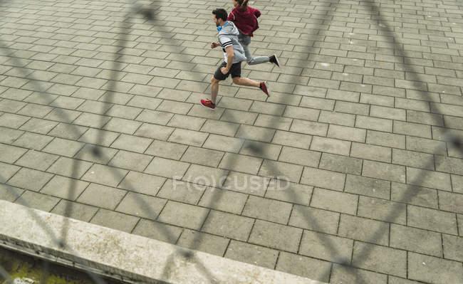 Pareja activa trotar juntos al aire libre - foto de stock
