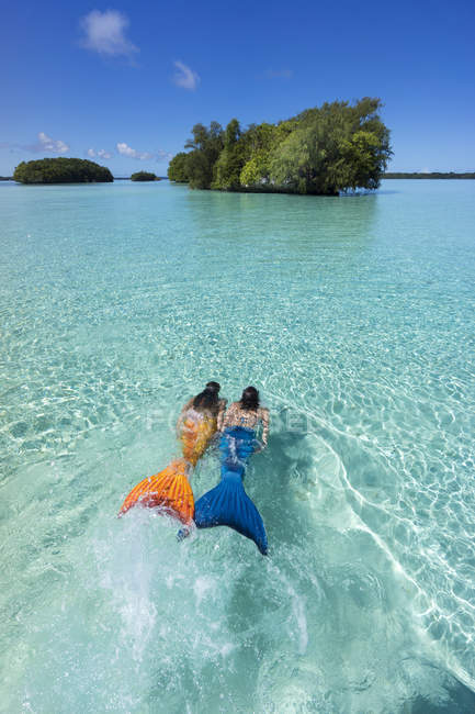 Палау, два молодих жінок в русалка костюми, купання в затоку — стокове фото