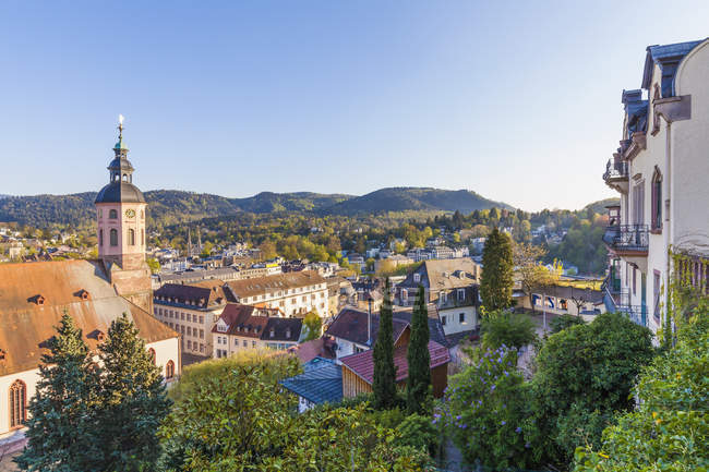 Alemania, Baden-Wuerttemberg, Baden-Baden, Paisaje urbano con vista a la iglesia colegiata - foto de stock