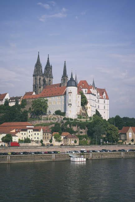 Alemania, Sajonia, Meissen, Castillo de Albrechtsburg con torres gemelas de la catedral en el fondo de - foto de stock