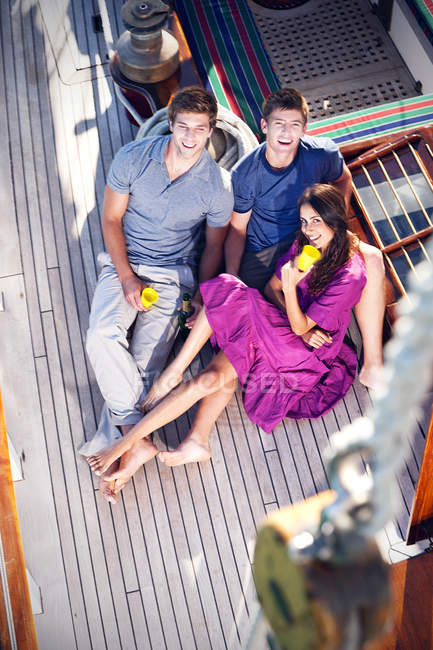 Amici felici sul ponte di una nave a vela — Foto stock
