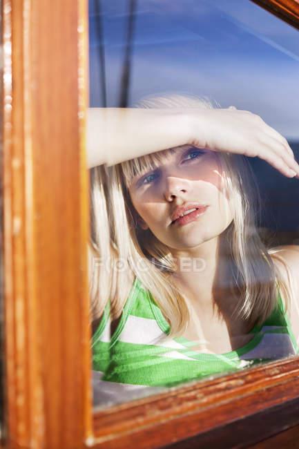 Молода жінка в каюті на парусного корабля — стокове фото