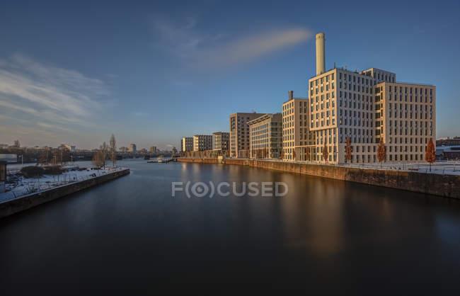 Deutschland, Frankfurt, Westhafen, Ansicht von Gebäuden über Wasser — Stockfoto