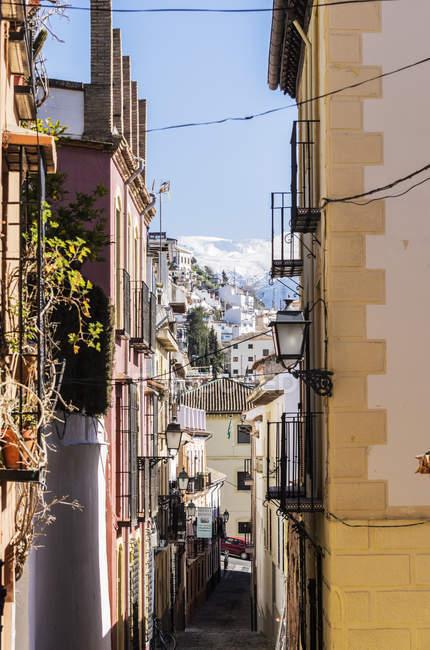 España, Andalucía, Granada, Vista desde el barrio del Realejo San-Matias, callejón durante el día - foto de stock