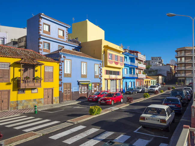 Spanien, Kanarische Inseln, La Palma, Puerto de Tazacorte, bunte Häuser auf Straße — Stockfoto