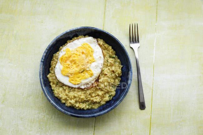 Блюдо достойный вегетарианские с жареным яйцом — стоковое фото