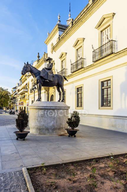 Испании, Андалусия, Севилья, статуя в Плаза де Торос против дома — стоковое фото