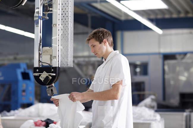 Arbeiter in der Wäscherei an der Trocknungsmaschine — Stockfoto