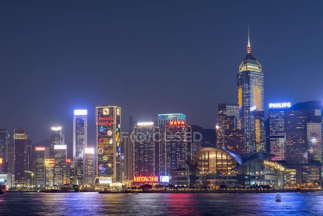 До центру міста вночі, Гонконг, Китай — стокове фото