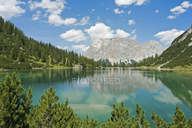 Áustria, Tirol, Ehrwald, Seebensee com Wetterstein Mountains durante o dia — Fotografia de Stock