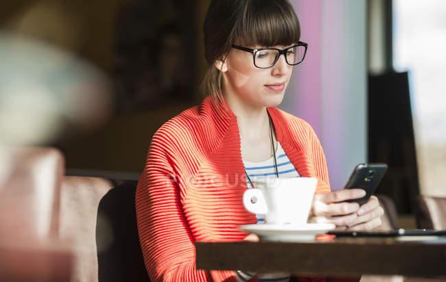 Joven empresaria trabajando en cafetería - foto de stock