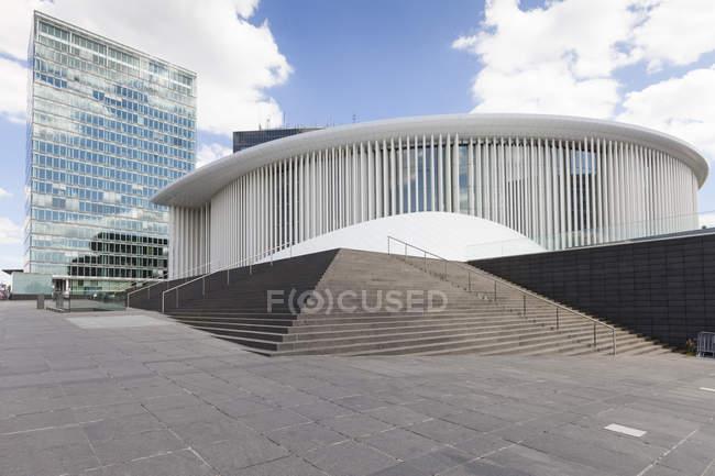 Luxemburgo, cidade de Luxemburgo, bairro europeu, prédio de escritórios e Filarmónica na Praça Europeia — Fotografia de Stock