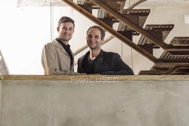 Retrato de dois homem a sorrir — Fotografia de Stock