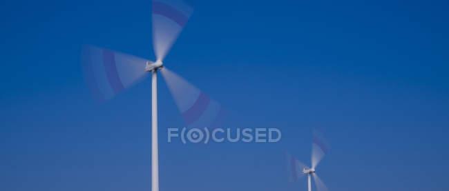 Alemanha, Tomerdingen, rodas de vento, céu azul no fundo — Fotografia de Stock