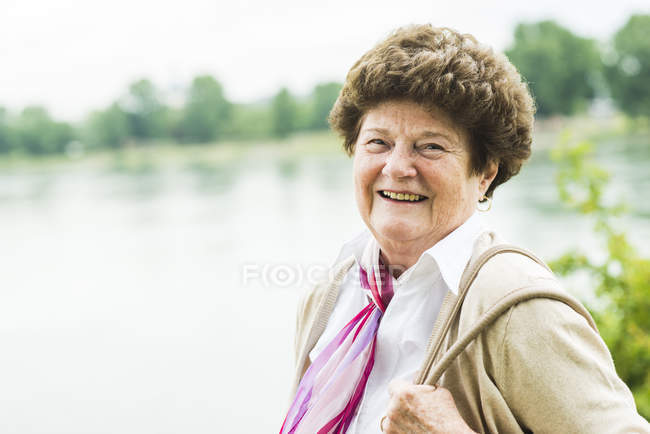 Portrait de femme âgée heureuse à l'extérieur — Photo de stock