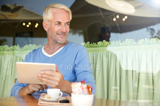 Porträt eines lächelnden Mannes mit digitalem Tablet — Stockfoto