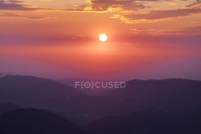 Austria, Bassa Austria, Alpi di Vienna, Vista da Schneeberg a Puchberg am Schneeberg al mattino — Foto stock