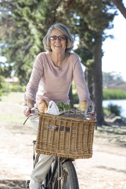 Портрет старшого жінка на велосипеді — стокове фото