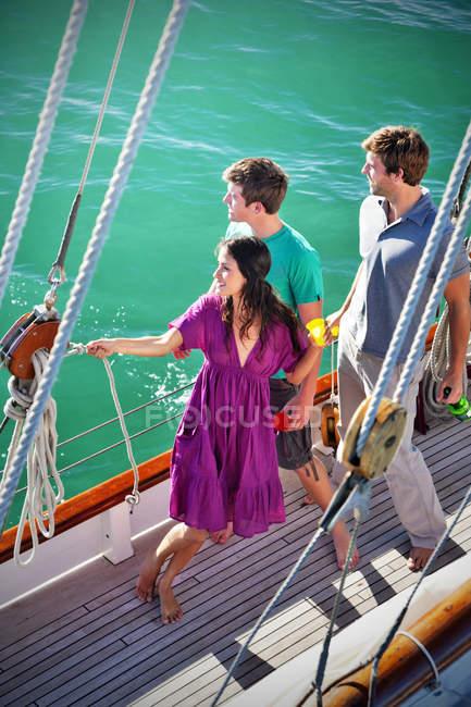 Três amigos no convés de um navio à vela, vista elevada — Fotografia de Stock