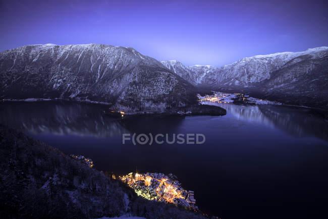 Night view of Hallstatt and lake with Dachstein mountains at Salzkammergut, Austria — Stock Photo