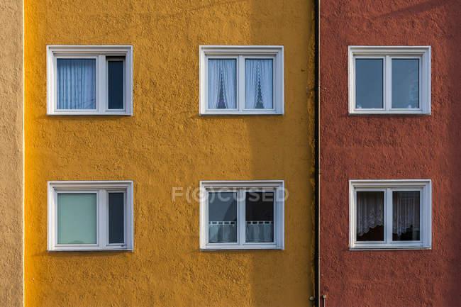 Germania, Monaco di Baviera, facciata e finestre di una casa multifamiliare — Foto stock