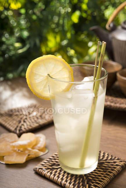 Tè al limone allo zenzero in vetro con citronella fresca, zenzero candito — Foto stock