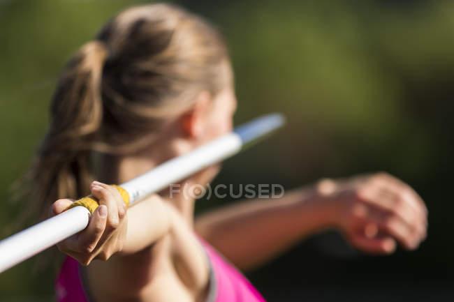 Visão traseira do atleta jogando dardo — Fotografia de Stock