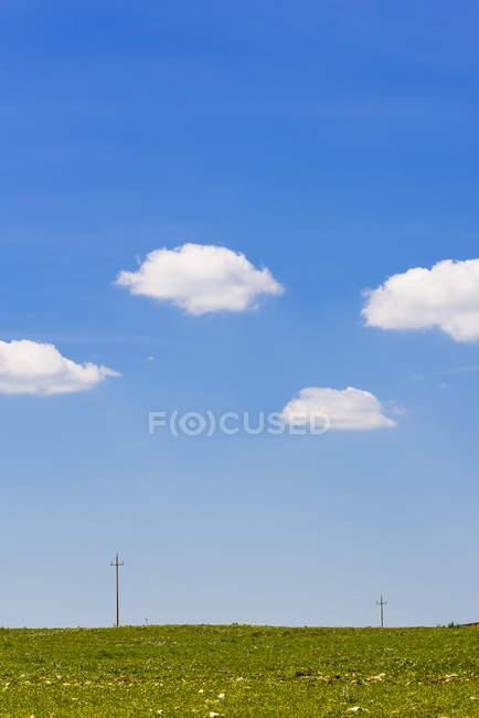 Южная Италия, пейзаж под голубым небом — стоковое фото