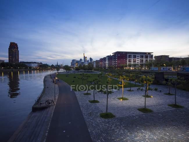 Deutschland, Hessen, Frankfurt, Ostend und Skyline von Frankfurt — Stockfoto