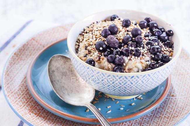 Veganes Superfood Frühstück mit Porridge, Mandelmilch, Heidelbeeren und gerösteten quinoa — Stockfoto