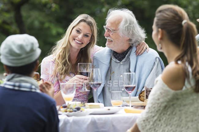 Счастливый праздник, Люди на садовом празднике — стоковое фото