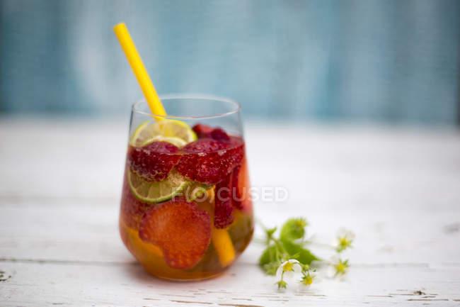 Copo de limonada de morango com palha de bebida em madeira branca — Fotografia de Stock