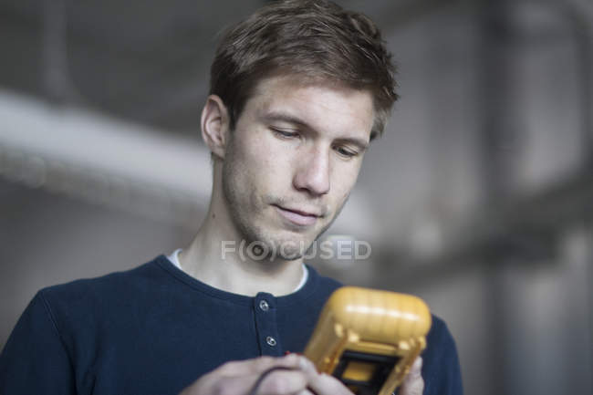 Technician looking at measuring device — Stock Photo