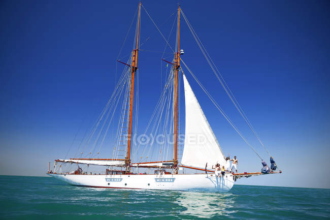 Friends on sailing ship in sunny day — Stock Photo