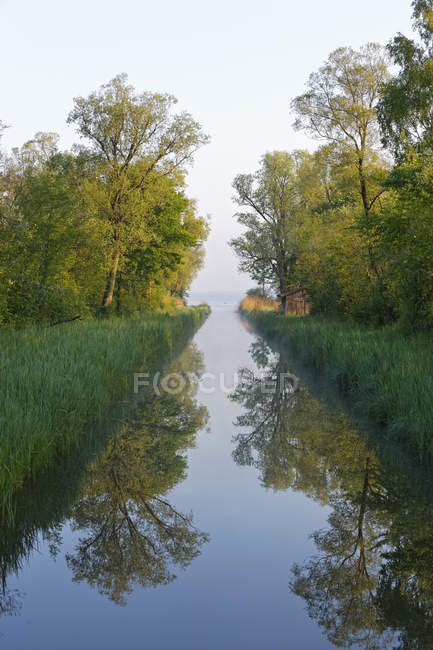 Germany, Bavaria, Chiemgau, Lake Chiemsee with Tiroler Ache estuary — Stock Photo