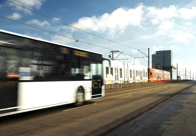 Германия, Cologbe, автобус и трамвай, пересекая мост — стоковое фото