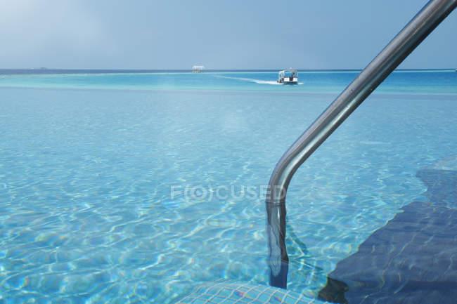 Мальдивы, пейзажный бассейн и на катере на берегу океана — стоковое фото