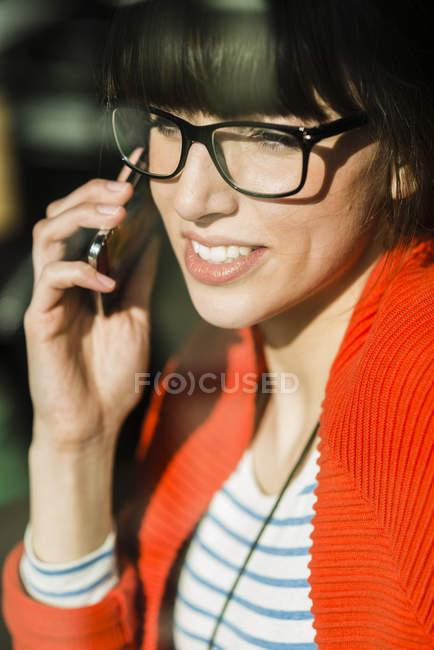 Junge Geschäftsfrau mit Moblie Telefon — Stockfoto