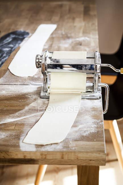 Primo Piano Di Pasta Fatta In Casa In Macchina Per La Pasta Sulla