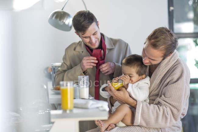 Гей-пара годування син сніданок — стокове фото
