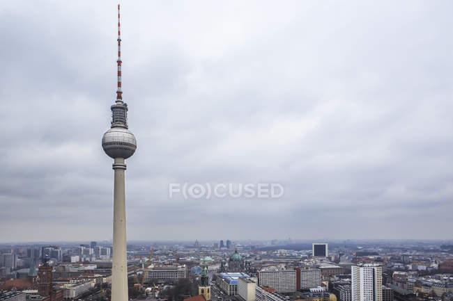 Alemania, Berlín, torre de televisión y paisaje urbano bajo el cielo malhumorado - foto de stock