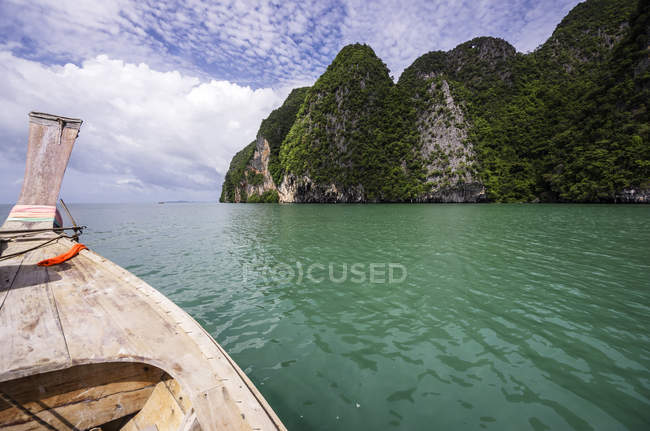 Thailand, Ko Yao Noi, Laem Sak, Rock formation and boat in Andaman Sea — Stock Photo
