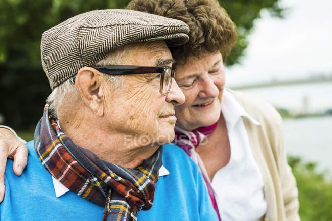 Profil des glücklichen Senioren Kopf an Kopf mit seiner Frau — Stockfoto