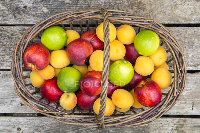 Basket of limes and nectarines — Stock Photo