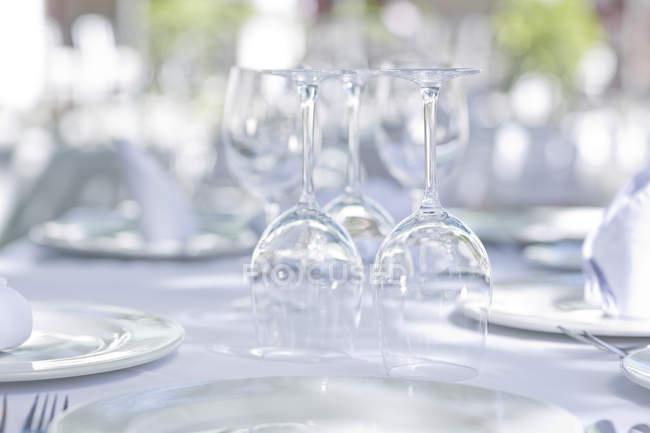 Copas de vino en la mesa del restaurante al aire libre - foto de stock