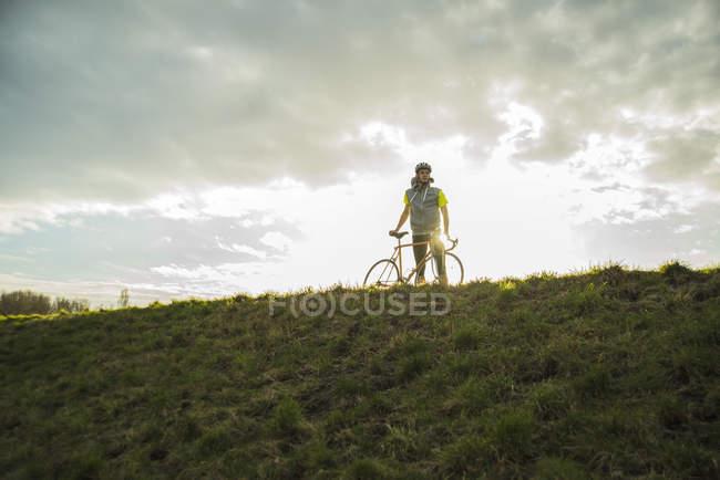 Giovane in piedi con la bicicletta — Foto stock