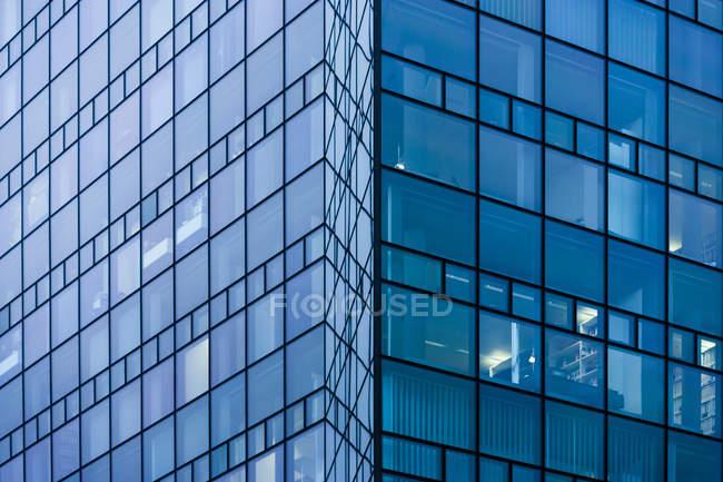 Façade en verre de l'immeuble moderne à Munich, Allemagne — Photo de stock