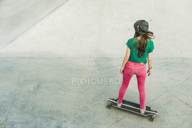 Young skate boarder in a skatepark — Stock Photo