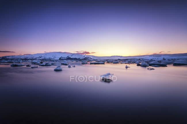 Исландия, вид на ледяную лагуну Йокулсарлон при свете фар — стоковое фото